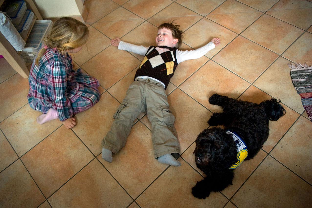 Das Leben mit einem Diabethikerwarnhund. Luisa hat Diabetes. Um mit der Krankheit besser leben zu können bekam sie von ihren Eltern einen Diabethikerwarnhund. Der Hund erkennt schon am Atemgeruch wenn der Blutzuckerspiegel sinkt. Ohne ihn müsste alle 10 Minuten gemessen werden. Luisa, ihr Bruder Tobias und Bolle liegen auf dem Küchenboden.
