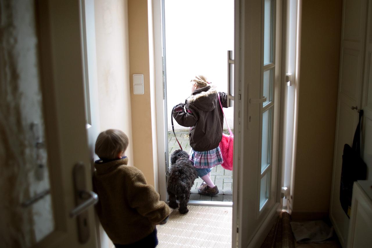 Das Leben mit einem Diabethikerwarnhund. Luisa hat Diabetes. Um mit der Krankheit besser leben zu können bekam sie von ihren Eltern einen Diabethikerwarnhund. Der Hund erkennt schon am Atemgeruch wenn der Blutzuckerspiegel sinkt. Ohne ihn müsste alle 10 Minuten gemessen werden. Luisa geht mit ihrem Hund raus zum Spazieren. Ihr Bruder schaut ihnen nach.