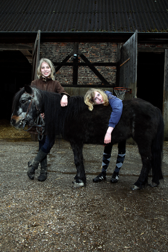 Sarah und Lea verbringen einen Teil ihrer Freizeit auf dem Speckenhof in Bonen-Bramey. Der Speckenhof ist ein Jugend- und Kinder- Bauernhof, auf dem unter anderem natur- und erlebnispädagogisches Reiten angeboten wird. Neben langen Reitausflügen kümmern sich die Mädchen auch um die Pflege der Tiere.