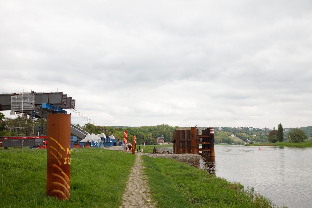 """Bau der Waldschlößchenbrücke in Dresden. Die UNESCO entzog dem Dresdner Elbtal wegen des Baus der Waldschlößchenbrücke den erst 2004 verliehenen Titel """"Welterbestätte"""".  Blick Richtung Loschwitz von der ufernahen Elbwiese."""