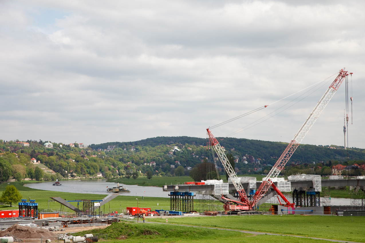 """Bau der Waldschlößchenbrücke in Dresden. Die UNESCO entzog dem Dresdner Elbtal wegen des Baus der Waldschlößchenbrücke den erst 2004 verliehenen Titel """"Welterbestätte"""". Blick über die Vorbrücke auf den Loschwitzer Elbhang."""
