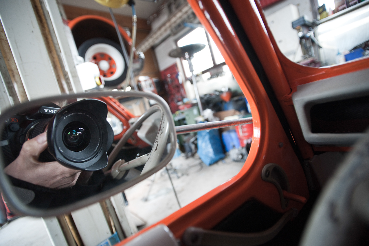 Das Foto entstand in der Auto-Werkstatt Franz Schreier 2CV Service+Teile in 74889 Sinsheim-Reihen, Baden-Wuertemberg, Deutschland am 7. Mai 2010 um 16.01 Uhr. Zu sehen ist Carsten Buell beim Fotografieren in einem Citroen 2CV.