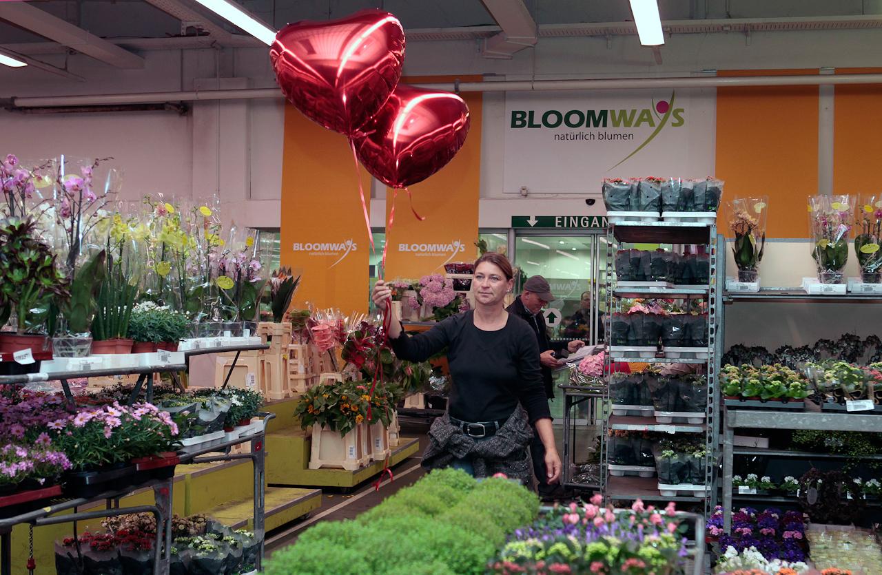 7. Mai 2010 Uhrzeit: 5.44h  Foto: Anja Cord - Markthändlerin Andrea Hohlfeld aus Lüdenscheid kommt zweimal in der Woche auf den Großmarkt , um frische Blumen zum Weiterverkauf auf dem Wochenmarkt zu kaufen. Die roten Ballons sollen am Samstag vor Muttertag ihren Marktstand besonders schmücken.