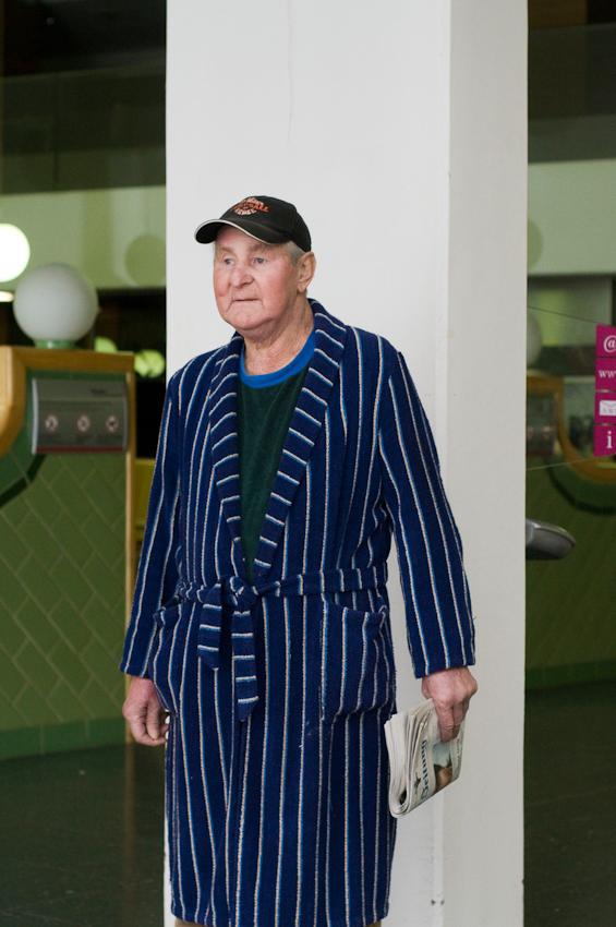 Jurgen Jaschkies auf dem Weg vom Kiosk in sein Krankenzimmer im Vivantes-Klinikum am Urban in Berlin-Kreuzberg.