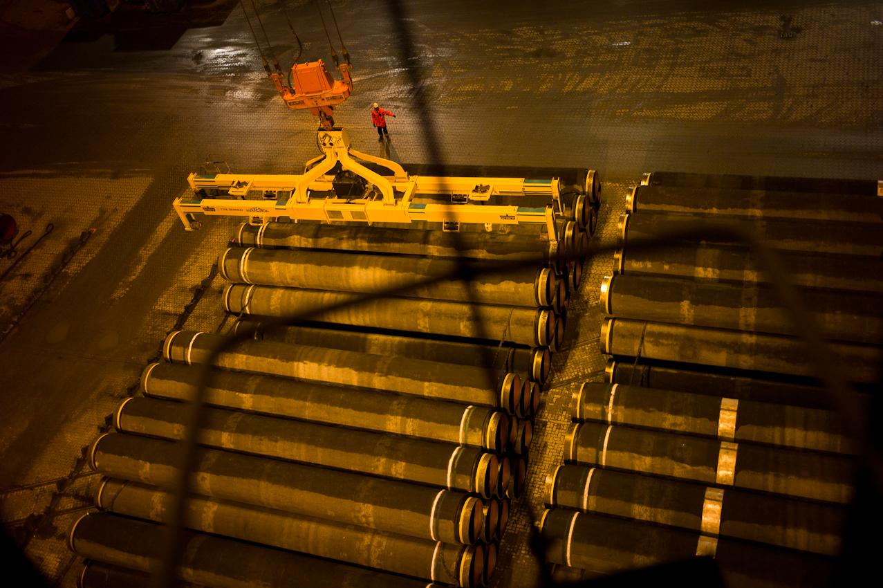 EUPEC PipeCoatings France SA ist Vertragspartner im Nord Stream Projekt zur Logistik und Betonummantelung der Stahlrohre für beide der je 1.220 km langen Ostseepipelines, die in Mukarn auf der Insel Rügen von ca. 300 Arbeitern produziert werden. Die Rohre werden rund um die Uhr je nach Geschwindigkeit der Verlegeschiffe per Kran in dieser Nacht bei annähernd Windstarke 10, auf das Transportschiff verladen.