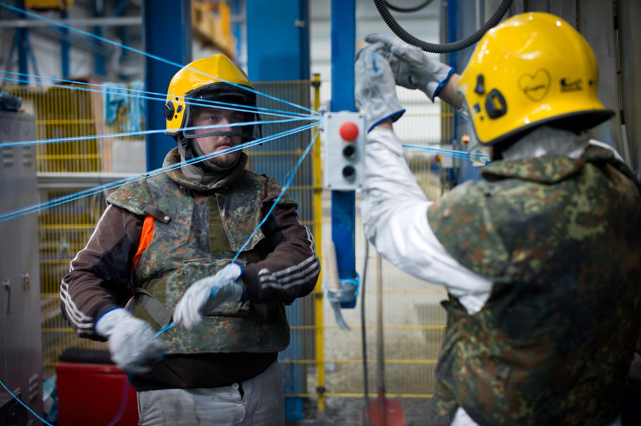 EUPEC PipeCoatings France SA ist Vertragspartner im Nord Stream Projekt zur Logistik und Betonummantelung der Stahlrohre für beide der je 1.220 km langen Ostseepipelines, die in Mukarn auf der Insel Rügen von ca. 300 Arbeitern produziert werden. Zwei Arbeiter fuhren die zusätzliche Bewehrung wahrend der Ummantelung mit Schwerbeton ein.