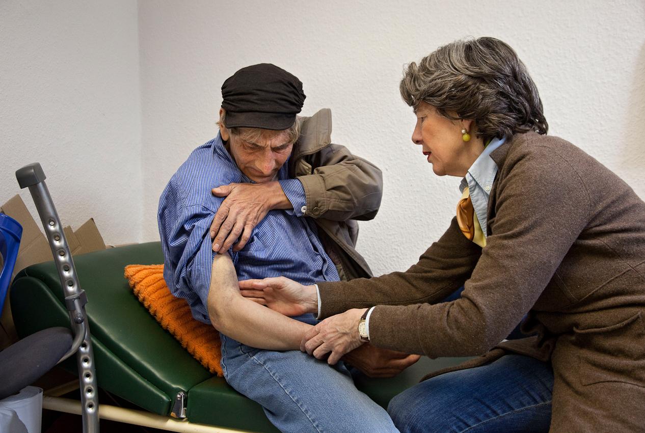 """Herford: Wolfgang ist gestürzt und hat sich den Arm verletzt. Anke (Ärztin vom Verein """"Medizinische Hilfe für Bedürftige e.V."""") bittet ihn dringend, sich röntgen zu lassen. Sie geht davon aus, dass der Arm gebrochen ist. Sie arbeitet seit Jahren ehrenamtlich in dem Verein. Jede Woche gibt es eine Sprechstunde. Projekt A: Herforder Mittagstisch e.V., Medizinische Hilfe für Bedürftige e.V., Sozialberatungsdienst. Ehrenamtliche Helfer der Herforder Petri-Gemeinde bewirten seit über 10 Jahren bedürftige Menschen jeden Tag an einem gedeckten Tisch. Im gleichen Haus sitzen auch die Profis des Sozialberatungsdienstes. Einmal die Woche bieten ehrenamtlich arbeitende  Ärztinnen Sprechstunden an."""