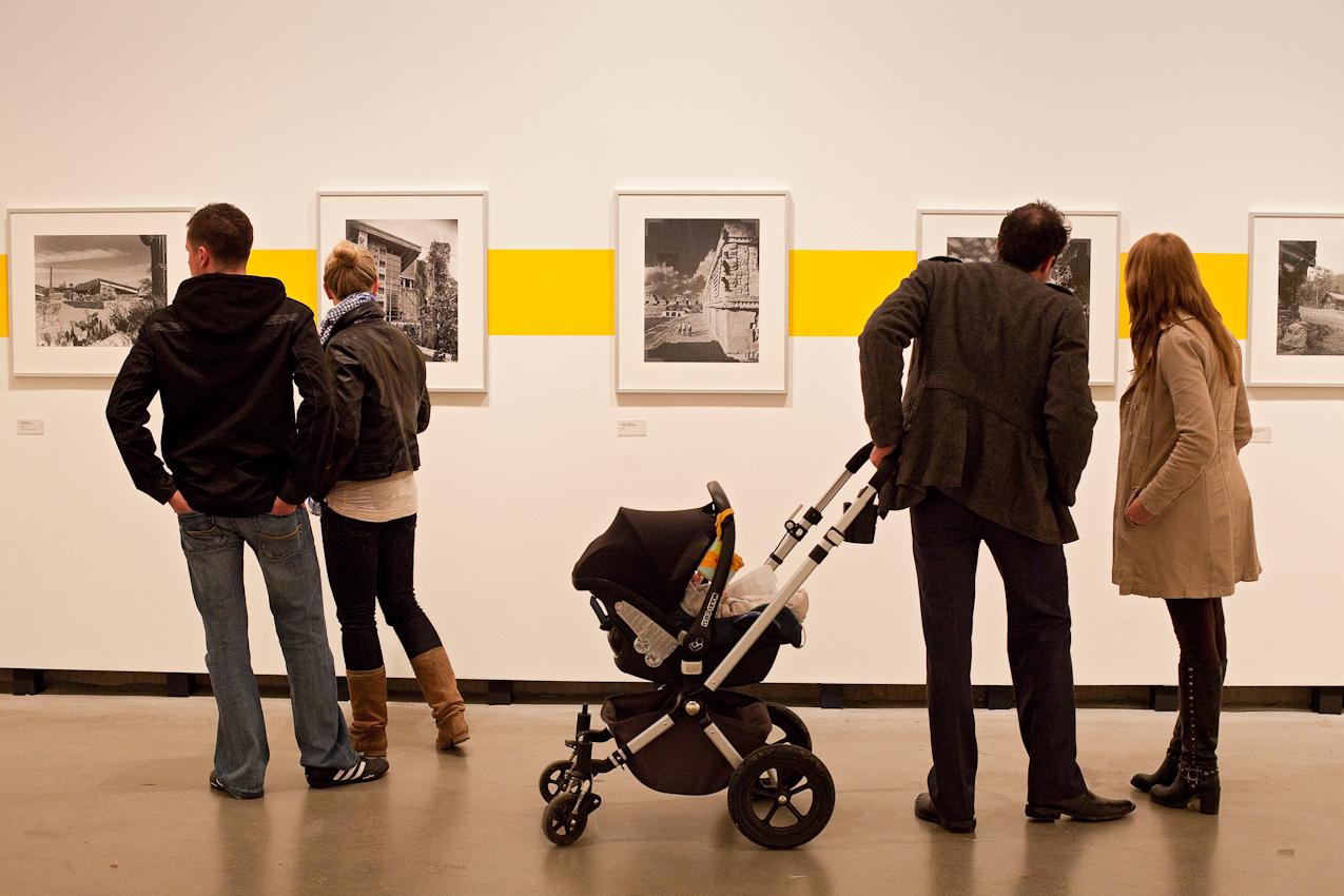 """Freitagabend wurden im Museum MARTa Herford drei verschiedene Architektur-Ausstellungen eröffnet. Vernissagebesucher in der Ausstellung """"A Lifetime for Architecture. Der Fotograf  Julius Shulman"""""""