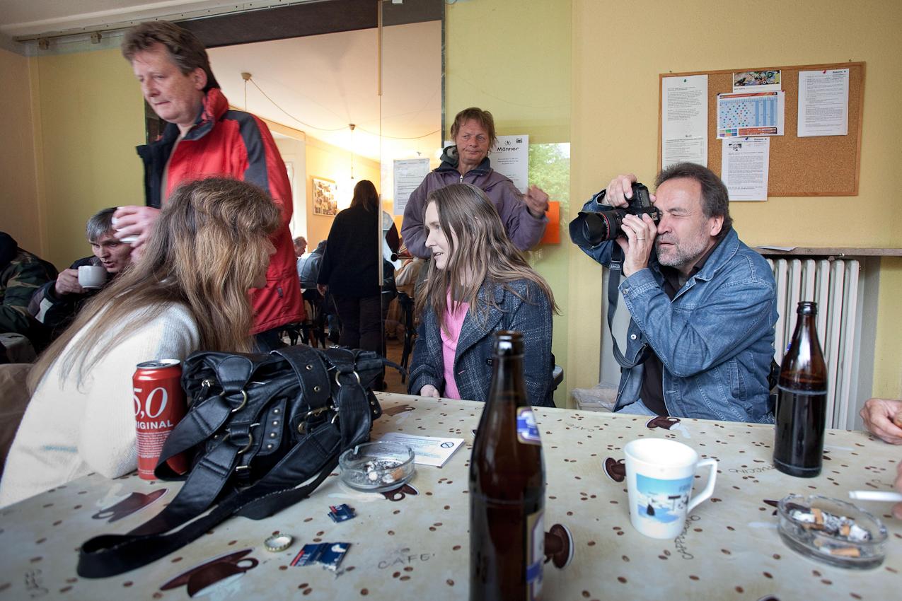"""<p>Herford: Fotograf Jürgen Escher beim fotografieren von Tanja im Tagesaufenthalt des """"Sozialberatungsbedienstes"""" (Foto: Jörg). Herforder Mittagstisch e.V., Medizinische Hilfe für Bedürftige e.V., Sozialberatungsdienst. Ehrenamtliche Helfer der Herforder Petri-Gemeinde bewirten seit über 10 Jahren bedürftige Menschen jeden Tag an einem gedeckten Tisch. Im gleichen Haus sitzen auch die Profis des Sozialberatungsdienstes. Einmal die Woche bieten ehrenamtlich arbeitende Ärztinnen Sprechstunden an.</p>"""