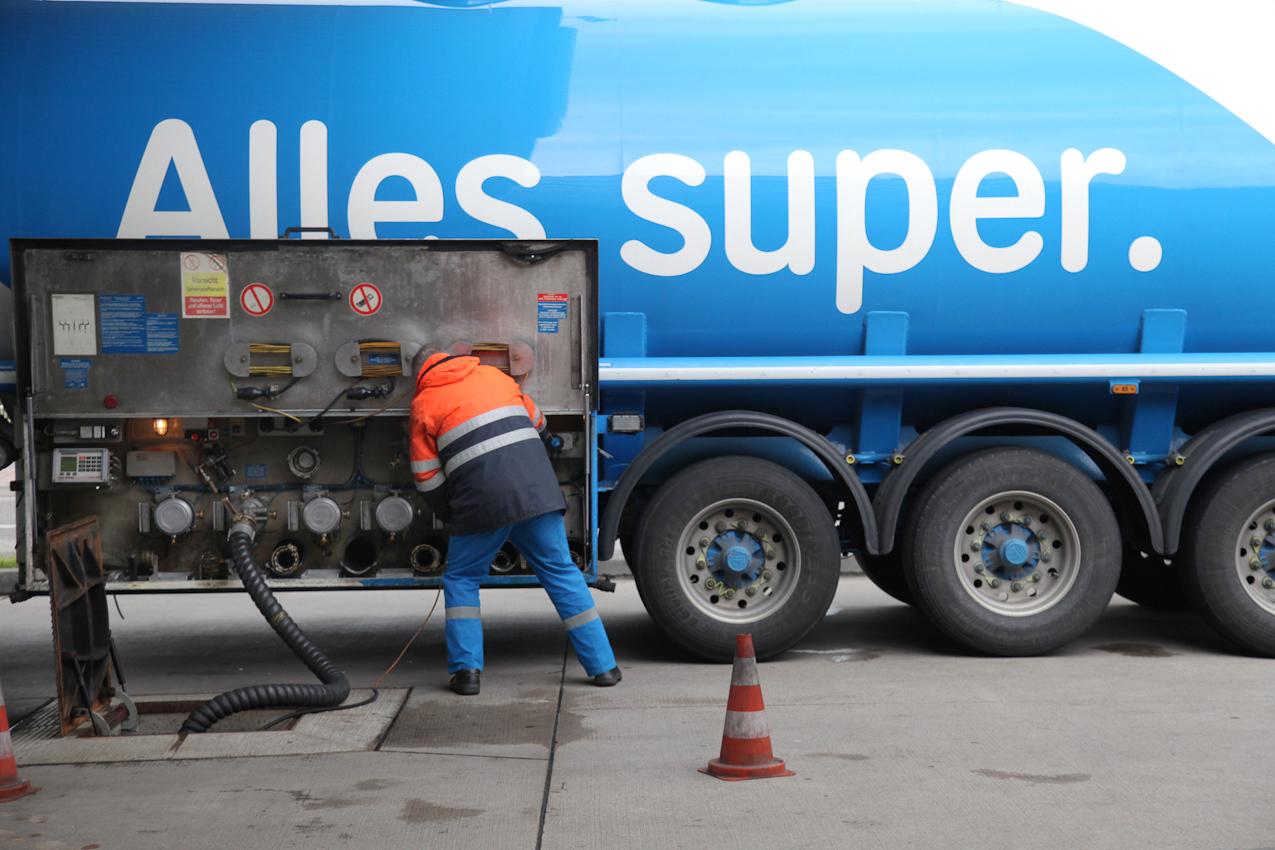 """TDG - Ein Tanklastzug beliefert eine ARAL Tankstelle in Ansbach mit Benzin. FreeLens Projekt """"Ein Tag Deutschland"""" Sonstiges, abseits des Themas gesehen in Ansbach, Bezirkshauptstadt Mittelfranken;"""