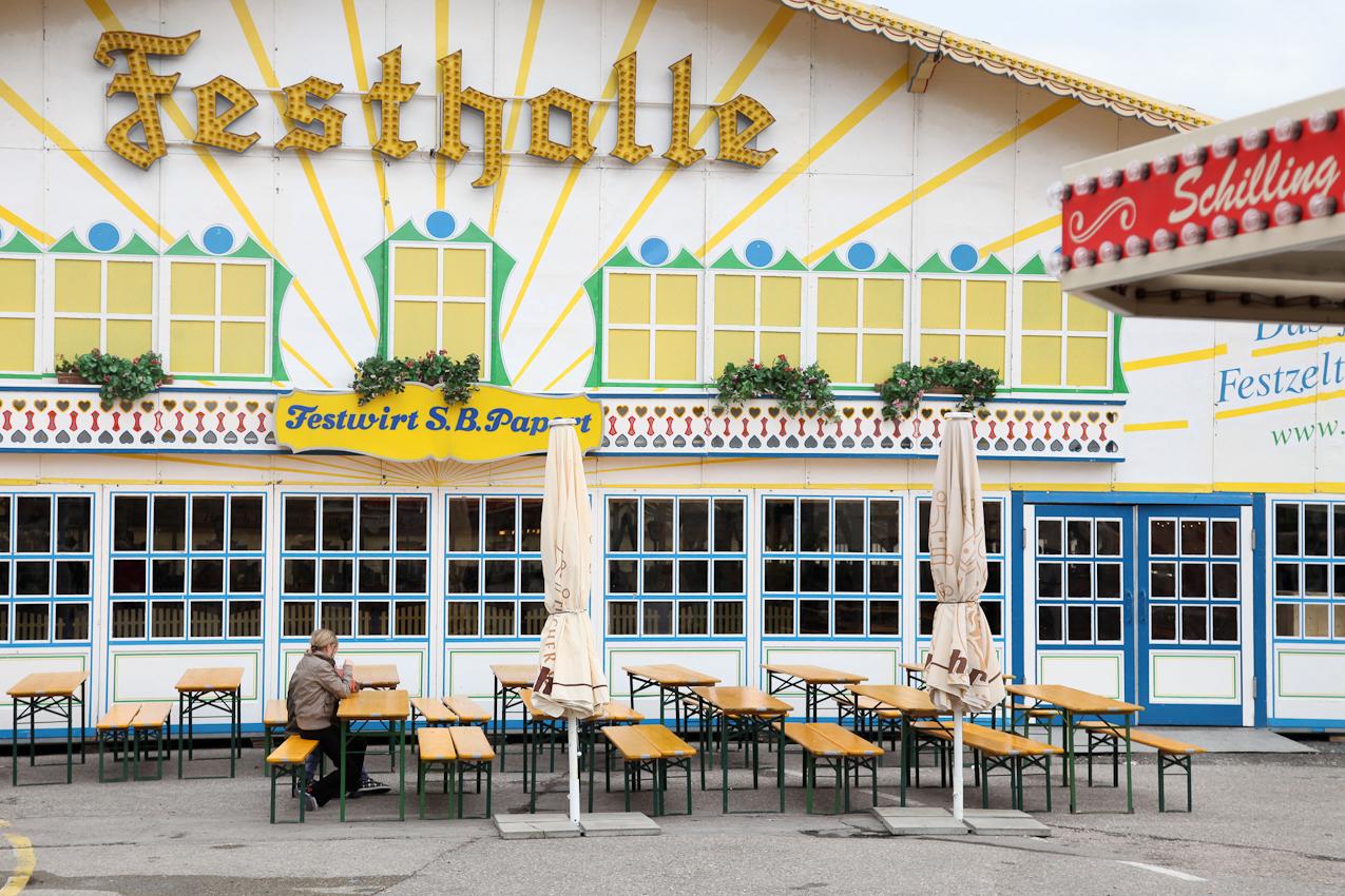 """TDG - Tristesse und wenige Besucher zu Beginn des Fruehlingsfestes in Ansbach. FreeLens Projekt """"Ein Tag Deutschland"""" Sonstiges, abseits des Themas gesehen in Ansbach, Bezirkshauptstadt Mittelfranken;"""