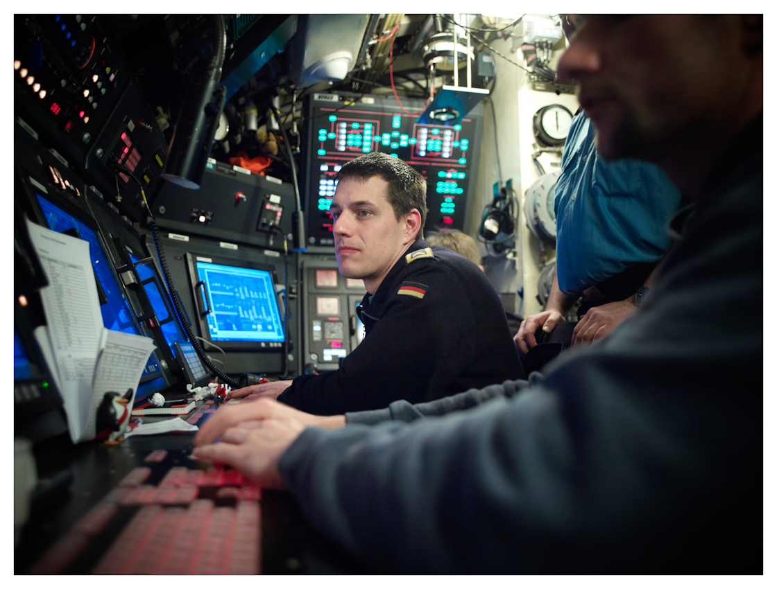 U33, modernstes U-Boot der Baureihe 212 A der Bundeswehr auf einer Ausbildungsfahrt von Oslo nach Eckernförde, im Fotozeitraum in deutschen Gewässern. Der Maschinenleitstand. Von hier aus werden alle technischen Parameter des U-Bootes abgelesen und gesteuert. Auch die Brennstoffzelle, ein für U-Boote neuartige Antriebsart. Wie alle Steuerstände ist diese Abteilung 24 Stunde am Tag besetzt.