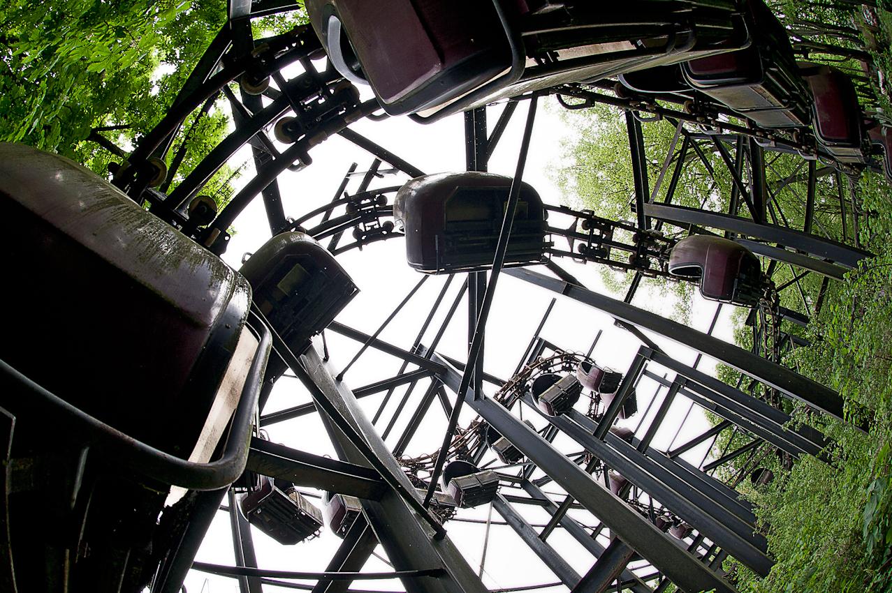 Spreepark Planterwald. Der Vergnugungspark - im Norden des Planterwaldes gelegen- wurde 1969 als VEB Kulturpark Planterwald eröffnet.Er war der einzige ständige Vergnügungspark der DDR. Zu DDR-Zeiten kamen bis zu 1,7 Millionen Besucher jährlich. 1992-2001 als Spreepark geführt. Seit dem Jahr 2002 wurde der Park nicht mehr fur Besucher geöffnet.  Beschreibung Motiv: Das Geisterschloss. Hierbei handelt es sich um das für das Jahr 1997 geplante 10 Millionen DM teure Geisterschloss. Mit dem Aufbau der Schienen wurde 1993 begonnen,  mit der Außenfassade jedoch nie. Die Bahn ist ein Endlossystem: eine Gondel hängt neben der anderen wie bei einem Paternoster. Nach der TÜV-Abnahme 1993 wurde die Bahn nie wieder in Betrieb genommen.