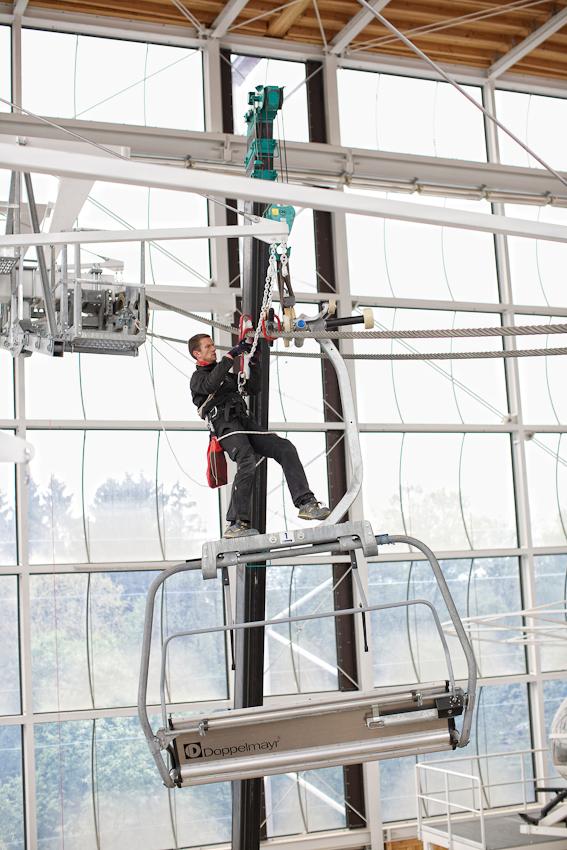 Am 07.05.2010 werden im Zentrum fuer Sicherheit und Ausbildung der Bergwacht Bayern in Bad Toelz Gondeln und Lifte installiert. In der Halle koennen Rettungssituationen geuebt werden. Klaus Opperer ueberprueft die Installation eines Skilifts.