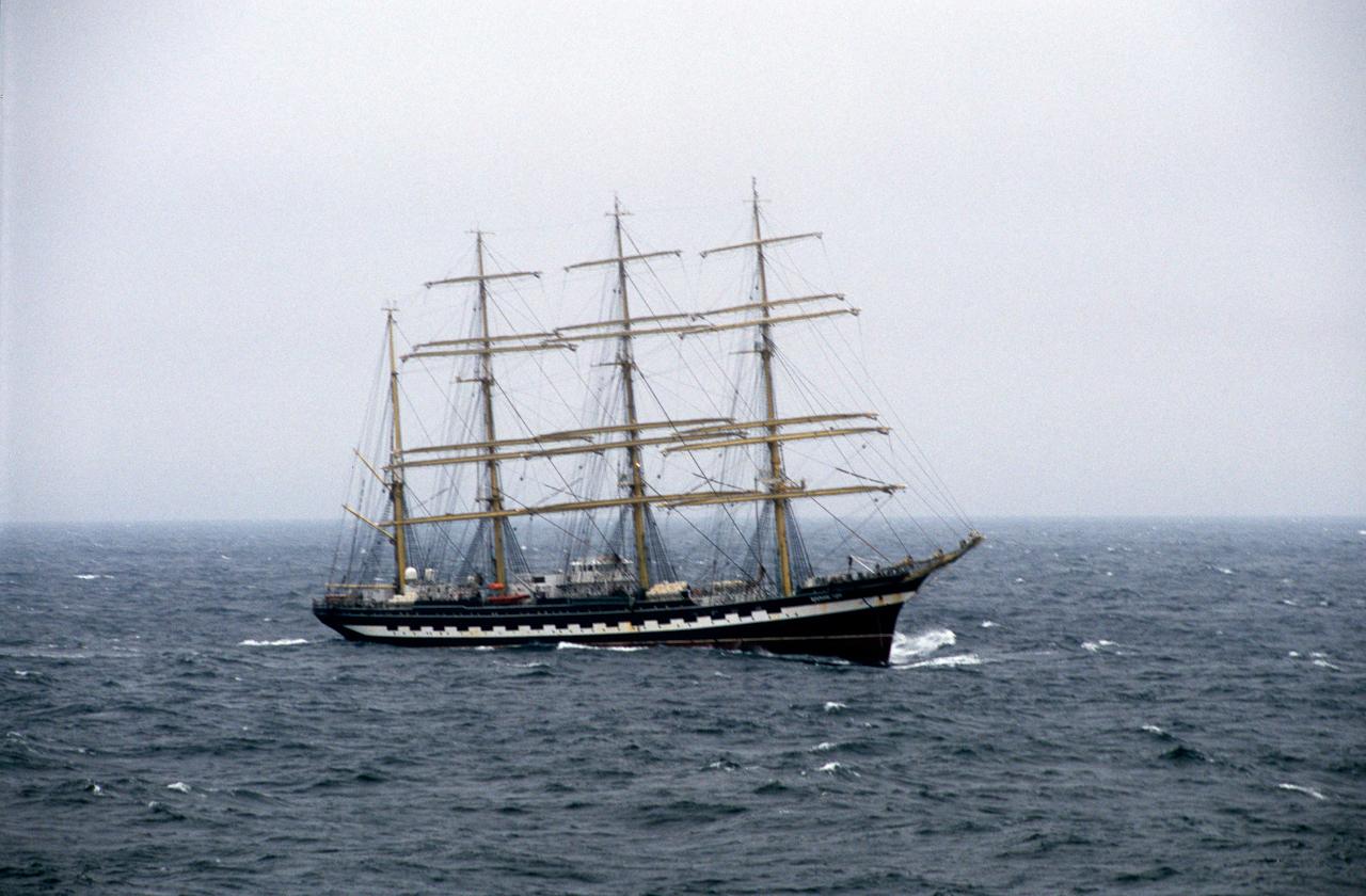 Das Kreuzfahrtschiff MS Deutschalnd überholt das russsiche Segelschulschiff Krusenstern in der Ostsee (Windstärke 8) Richtung Osten.