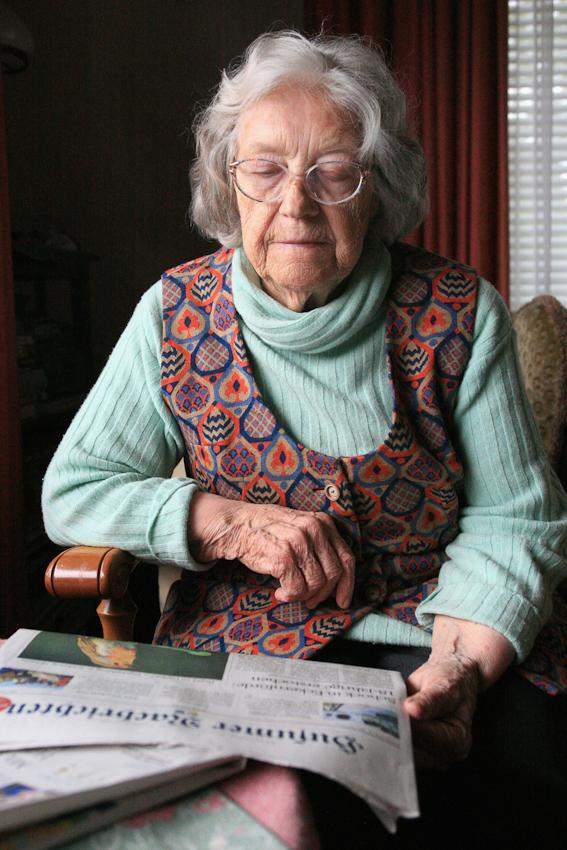 Die 86-jährige Hedwig Hansen sitzt im Wohnzimmer ihres Hauses vor dem großen Fenster zum Garten in Tönnig und liest die Husumer Nachrichten.