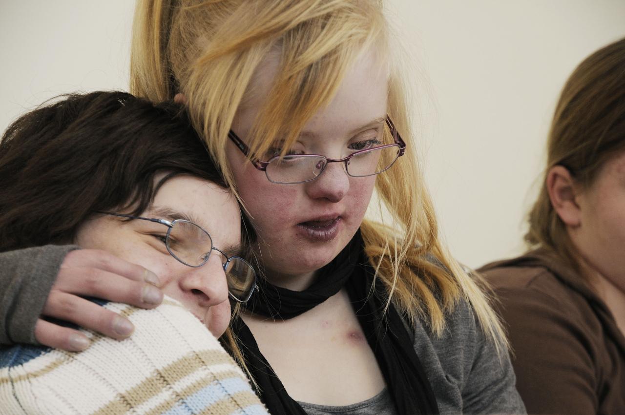 Keke, eine junge Frau, 18 Jahre, lebt mit dem Down-Syndrom (Trisomie 21). Die Familie versucht ein normales Leben zu fuehren. Keke ist meist gut drauf, selten erlebt man sie traurig oder verzagt. Sie nimmt das Leben wie es ist. Hier verbringt Keke (Bildmitte) den Nachmittag mit Anderen.