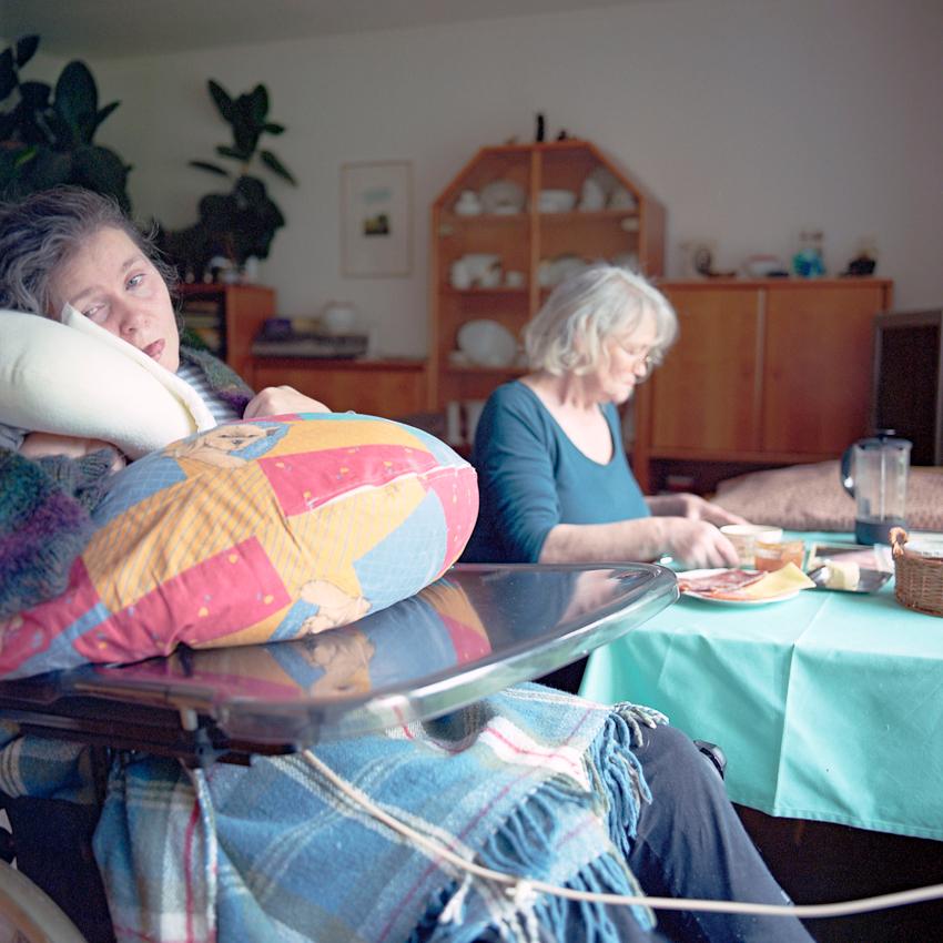Die seit 18 Jahren im Wachkoma lebende Svenja sitzt bei einer Zwischenmahlzeit am 07.05.2010 im Rollstuhl neben ihrer Mutter, Helga, im gemeinsamen Wohnzimmer in Hannover. Svenja wird über eine Bauchsonde ernährt. Sie fiel 1992 durch einen Reitunfall in Mexiko ins Wachkoma. Komapatienten sind auf intensive Hilfe von Seiten ihrer Angehörigen angewiesen.