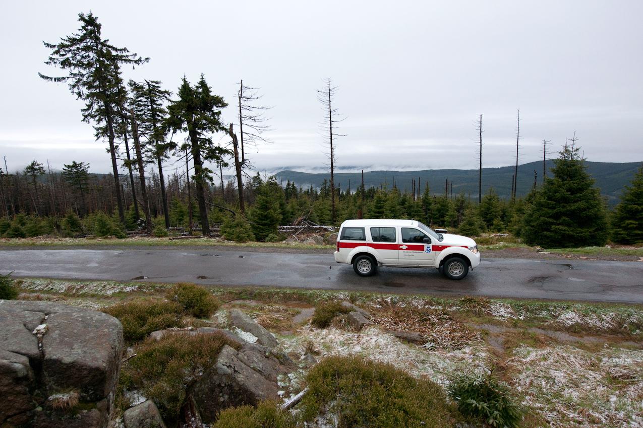 Wo kommt das Wetter her? - Ein Tag mit dem Wetterdiensttechniker Rene Sosna auf dem Brocken.  Der tägliche Dienstweg von Rene Sosna mit dem Geländewagen des Deutschen Wetterdienstes (DWD) von Schierke zum Brockenplateau führt durch den Nationalpark Harz über die einzige Straße auf den Brocken.