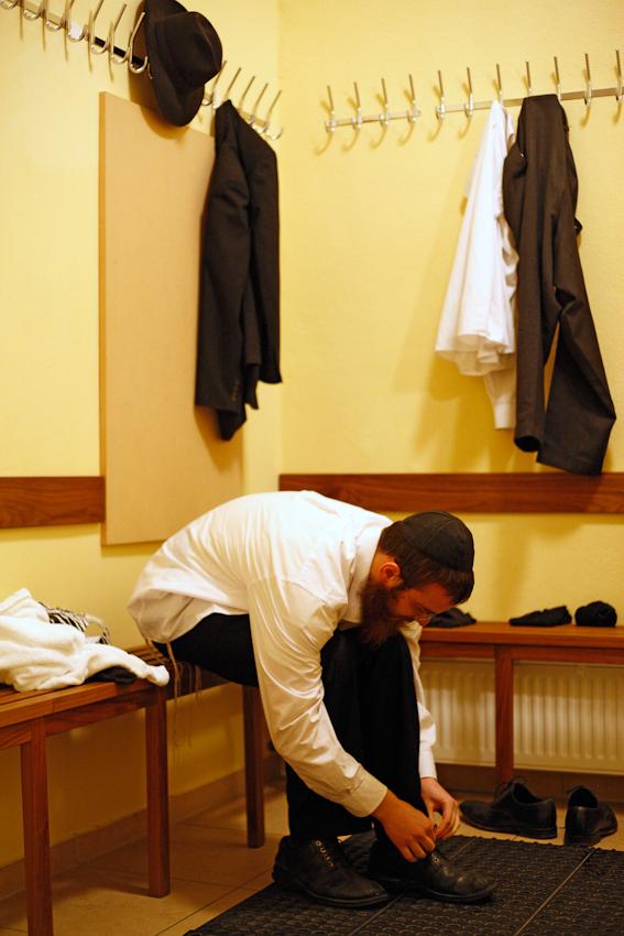 Jehoshua Berkovicz studiert an der Yeschiwa, einer religiösen jüdischen Schule, im Jüdischen Bildungszentrum Berlin. Jeder Freitag ist für ihn ein besonderer Tag, denn am Abend beginnt der Schabbat, der heilige Tag der Woche. Jehoshuas erste Handlung an diesem Tag ist der Besuch der Mikwe, des jüdischen Ritualbades. Im natürlichen, also Fluss- oder Regenwasser, reinigt er sich spirituell für den Tag.