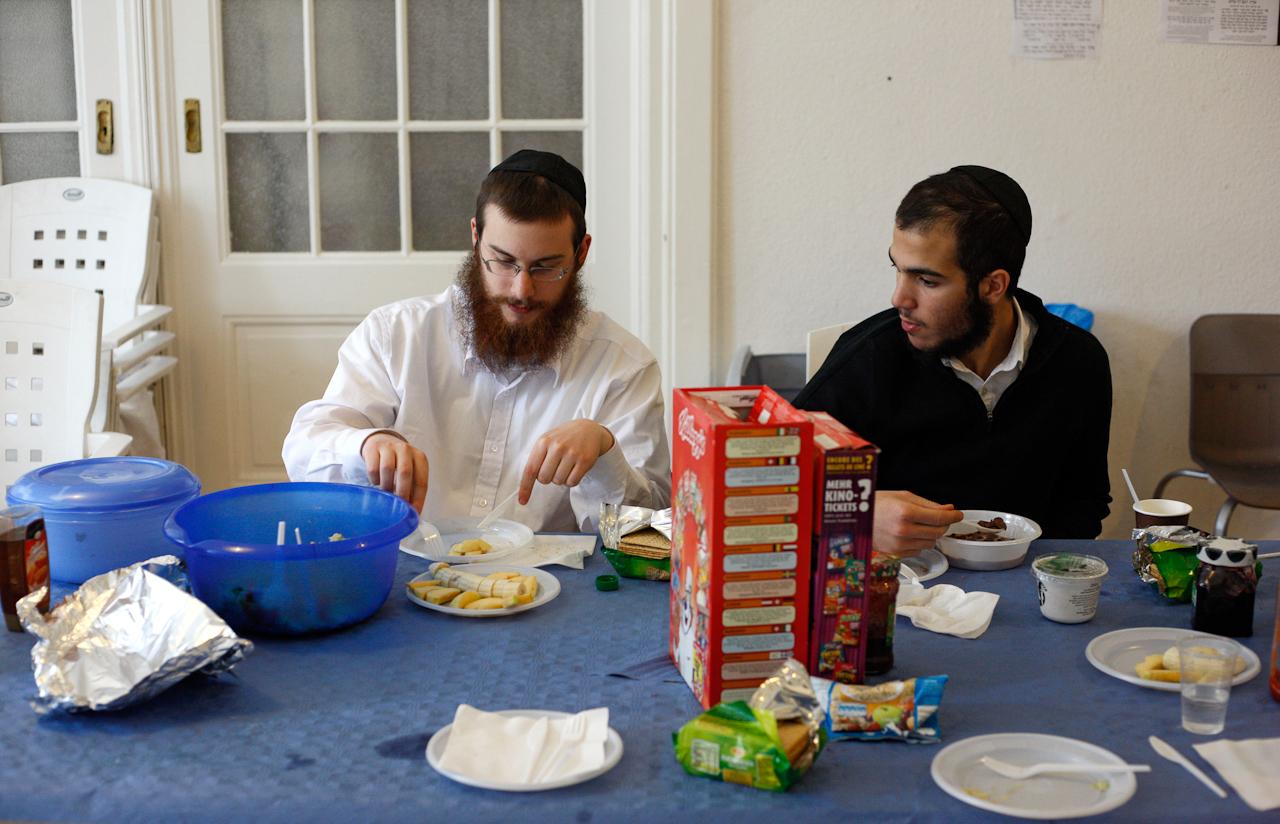 Gegen Mittag isst  Jehoshua Berkovicz das erste Mal an diesem Tag. Er frühstückt gemeinsam mit seinem Kommilitonen Avraham Dijon im Aufenthaltsraum in seiner Studenten WG. Dort leben insgesamt 10 jüdische Studenten. Das Frühstück ist koscher, genau wie alle anderen Speisen, die Jehoshua zu sich nimmt.
