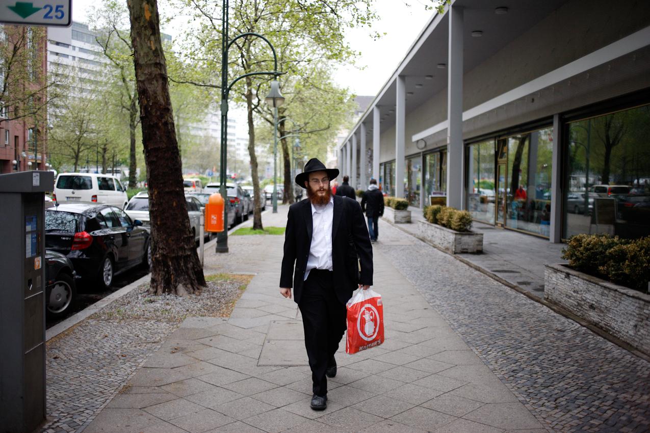 Jehoshua Berkovicz ist In der Budapester Straße auf dem Weg zu einem Juden, um ihm gute Wünsche zum Schabbat zu bringen und ihm mit seinem Rat zur Seite zu stehen.