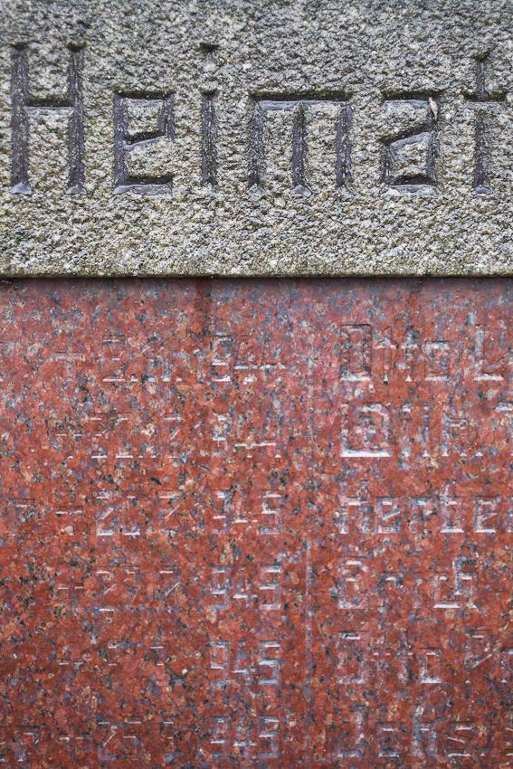 Die Insel, Bild 7, wurde aufgenommen nahe einer Verkehrsinsel in der Mitte von 25485 Hemdingen, einem Dorf in Schleswig Holstein. Es zeigt die Inschrift auf einem Denkmal.