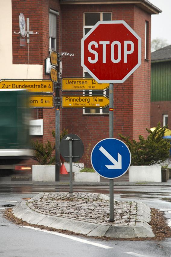 Die Insel, Bild 8, wurde aufgenommen an einer Kreuzung in der Mitte von 25485 Hemdingen, einem Dorf in Schleswig Holstein, zwischen 9.00 und 10.00 Uhr vormittags.