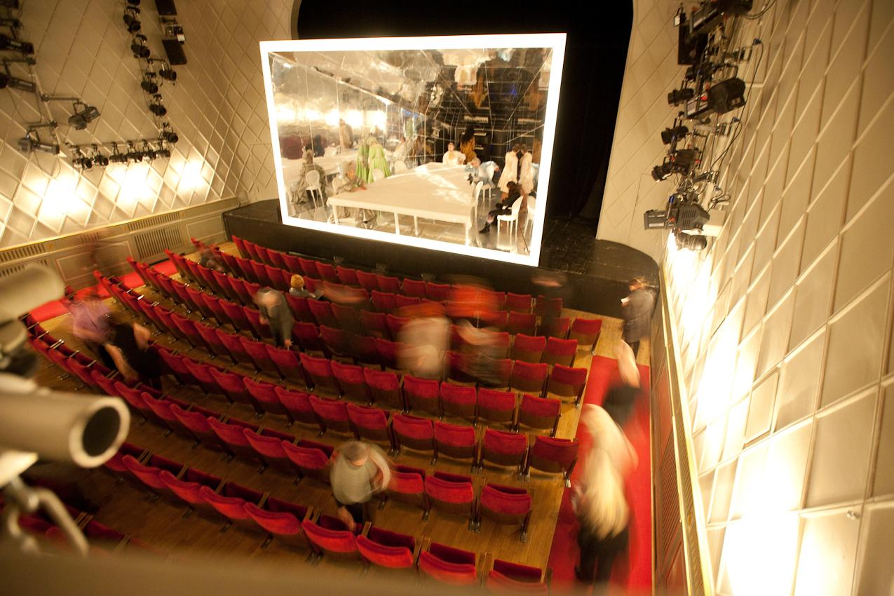 Kurz vor der Vorstellung: Zuschauer strömen in den Saal, die Schauspieler sind bereits auf der Bühne.