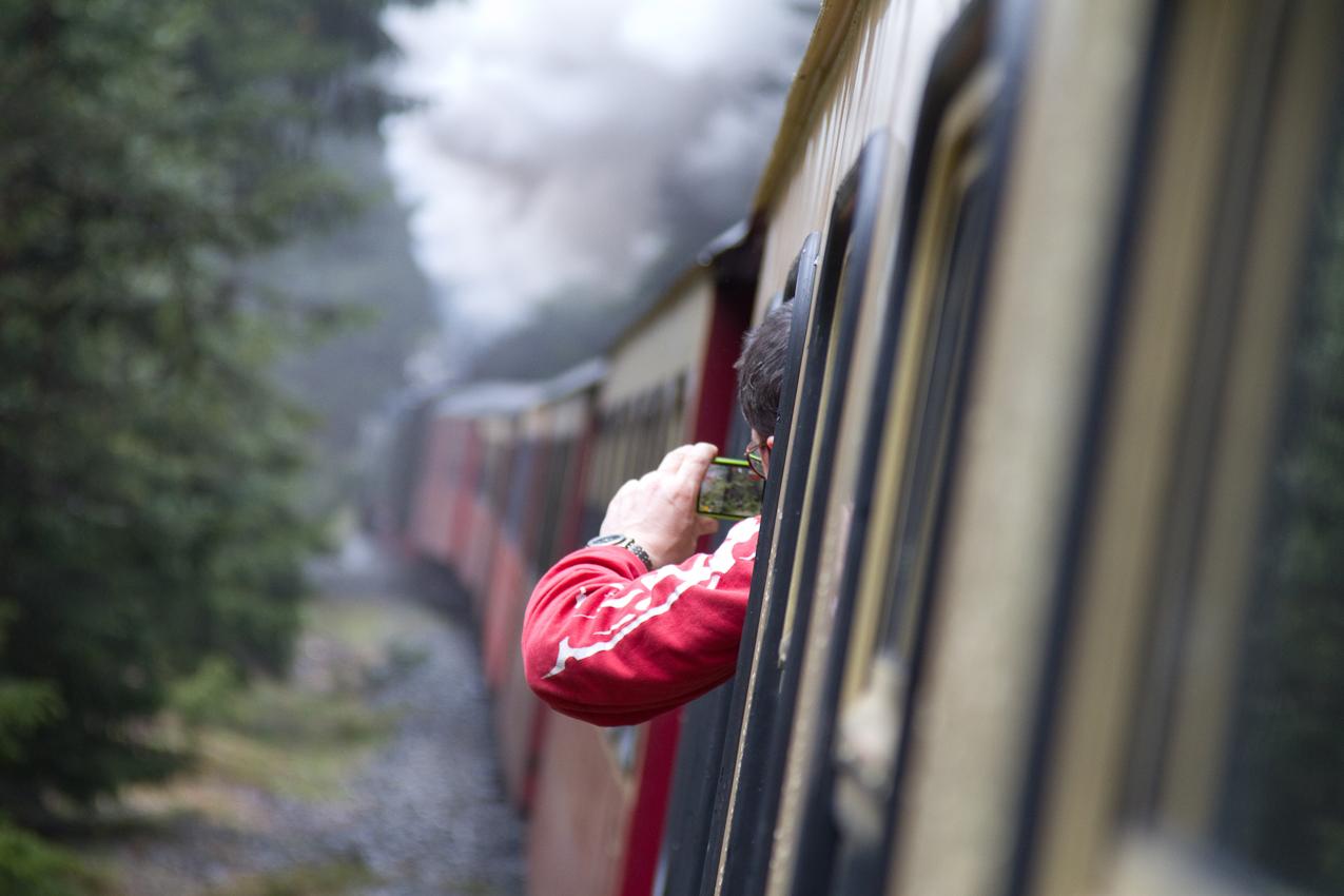 Jede Kurve der Harzbahn wird genutzt, um schnell noch ein Foto der schnaufenden Lok zu schießen, hier zwischen Schierke und Brockengipfel.