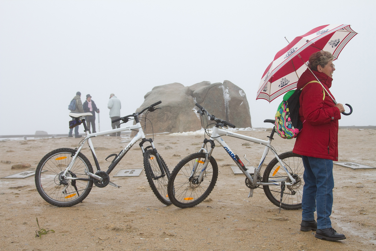 Trotz schlechten Wetters sind immer Wanderer und Radfahrer auf 1142m Höhe, auch wenn es heute keine Aussicht auf tiefere Harzregionen giebt.
