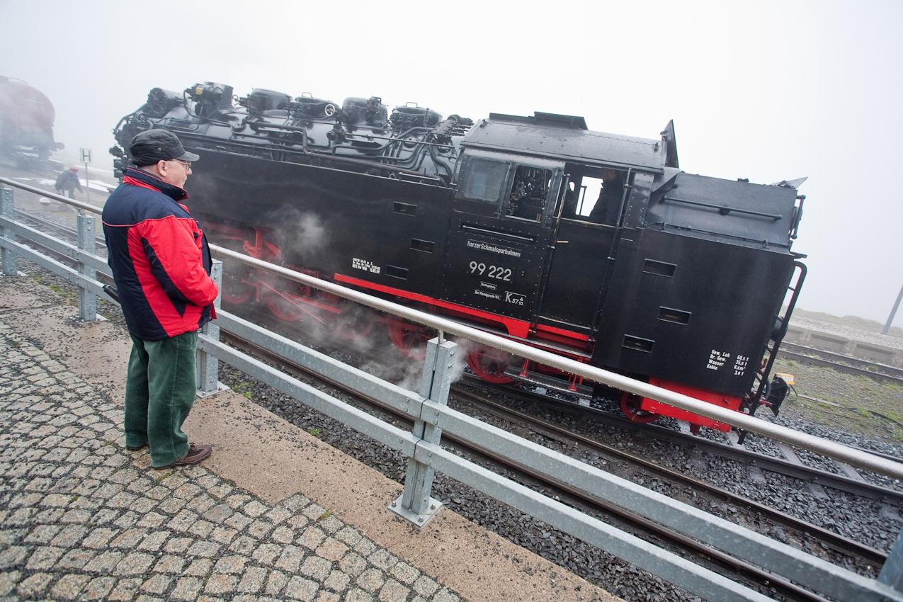 Auf dem Gipfel des höchsten norddeutschen Berges angekommen, hat auch eine Dampflok Pause und das Kind im Manne ist überall.