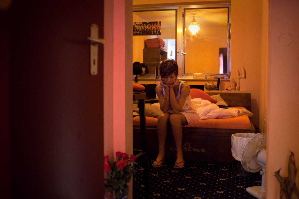 """Die transsexuelle Bruna sitzt morgens auf ihrem Bett. Wie die meisten anderen Mädchen auch, wohnt sie im """"Pascha""""."""