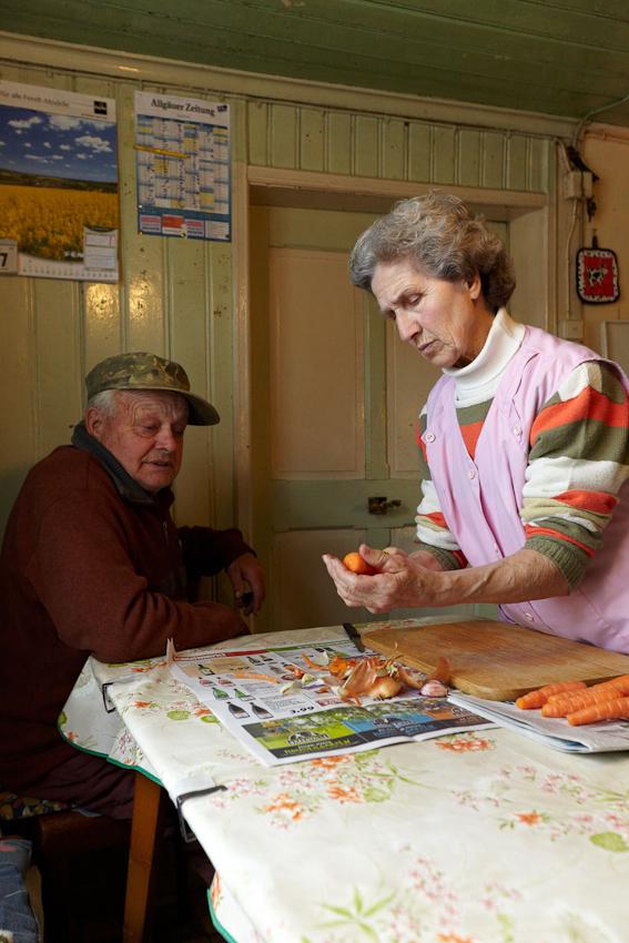 An diesem kleinen Küchentisch wurden 6 Kinder großgezogen. Man kann es sich heute nicht vorstellen, wie groß die Not früher war, sagt Siegfried. Es gab ja nicht mal eine Krankenkasse. Deshalb musste er für die ehemalige Hofbesitzerin einen langen Krankenhausaufenthalt aus eigener Tasche finanzieren. Sophie und Siegfried pflegten die Hofbesitzerin sechs Jahre lang. Als sie starb, vermachte sie ihren gesamten Besitz der katholischen Kirche.