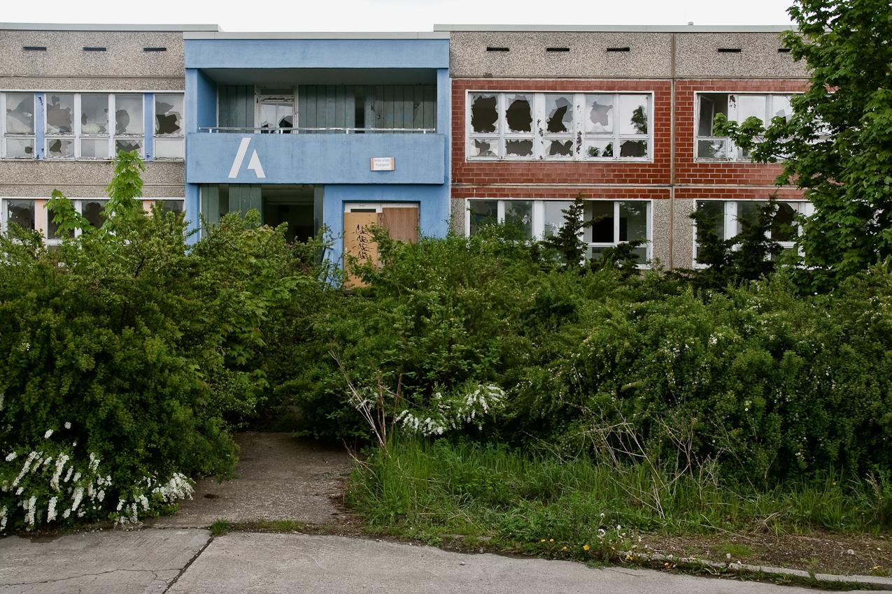 Verwilderte Kinderkrippe und Kindertagesstätte mit kaputten Fenstern in der Jeßnitzer Wende.