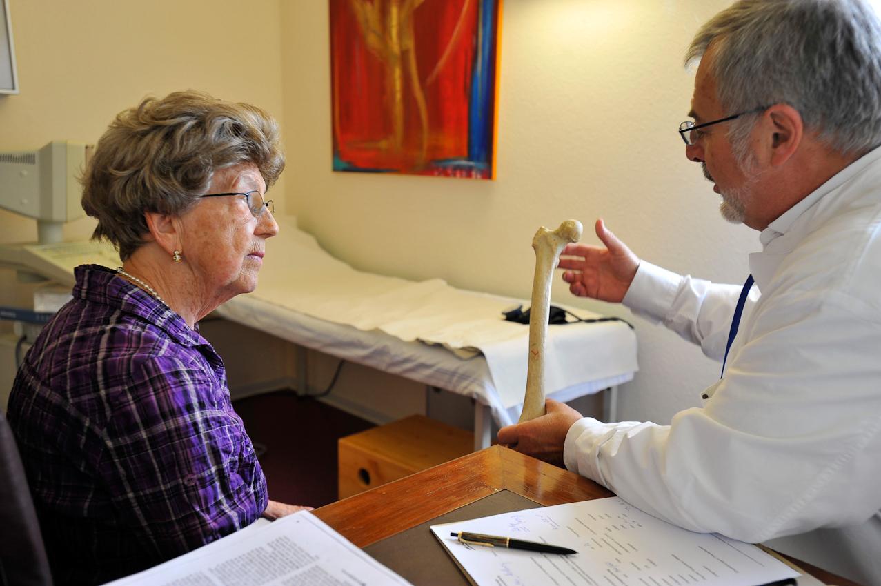 Der Arzt erklärt ihr den Zusammenhang zwischen Muskeln und Knochen, dass der Knochen ein Leben lang auch im hohen Alter wächst bzw. sich erneuert, wenn Muskelkräfte ihn ein wenig verbiegen/ verformen. Was der Arzt in der Hand hält, ist ein humaner Oberschenkelknochen. Vertrauen hilft beim Verstehen, Verstehen hilft, das Richtige zu tun.