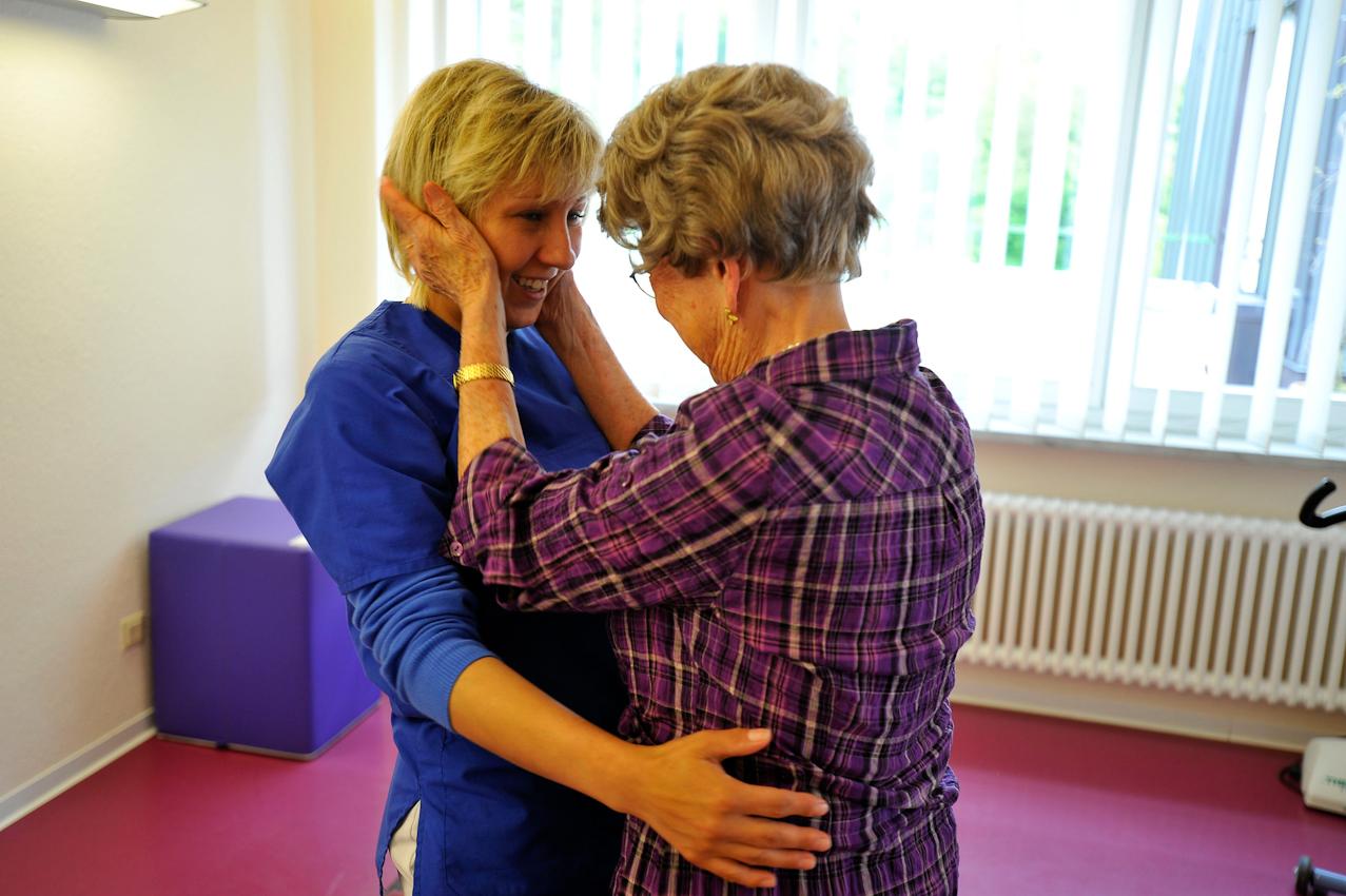 Nach der Therapie erkennt die Therapeutin, dass der Patientin die Klangsteintherapie sichtlich gut getan hat. Um zu guten Ergebnissen zu kommen, sollte sie mehrfach wiederholt werden.