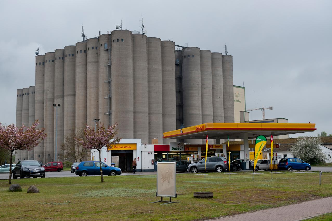 Benzin auffüllen zum Wochenende an einer Tankstelle vor alten Silos der Märka Kraftfutter GmbH, Eberswalde, Kreis Barnim, Brandenburg.