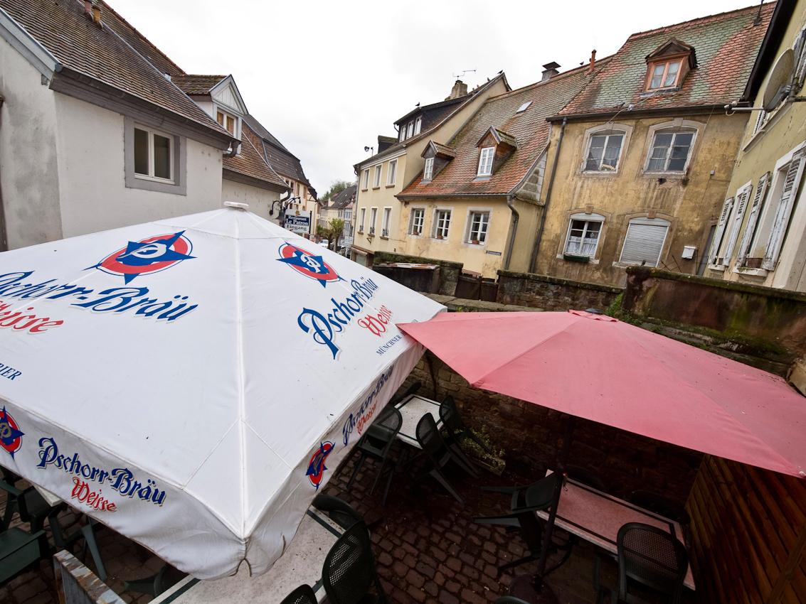 """Das historische Zentrum der kleinen Stadt Blieskastel im Saarland ist heute teilweise baufallig. Um 1660 erwarben die Reichsfreiherren Von der Leyen, die seit 1456 in Blieskastel Besitzungen hatten, Blieskastel und erbauten 1661-1664 ein neues Residenzschloss. Unter den von der Leyen erlebte Blieskastel im 18. Jahrhundert eine neue Blute, besonders als die von der Leyen ihren Wohnsitz von Koblenz nach Blieskastel verlegten und dieses zur kleinen Residenz ausbauten. Unter der ,,gro?en Reichsgrafin"""" Marianne von der Leyen, einer geborenen Grafin von Dalberg, entstand in Blieskastel ein bedeutendes Kulturzentrum. Mit der Franzosischen Revolution wurden die von der Leyen vertrieben und ihr Residenzschloss zerstort. Die Reste sind 1802 abgerissen worden."""