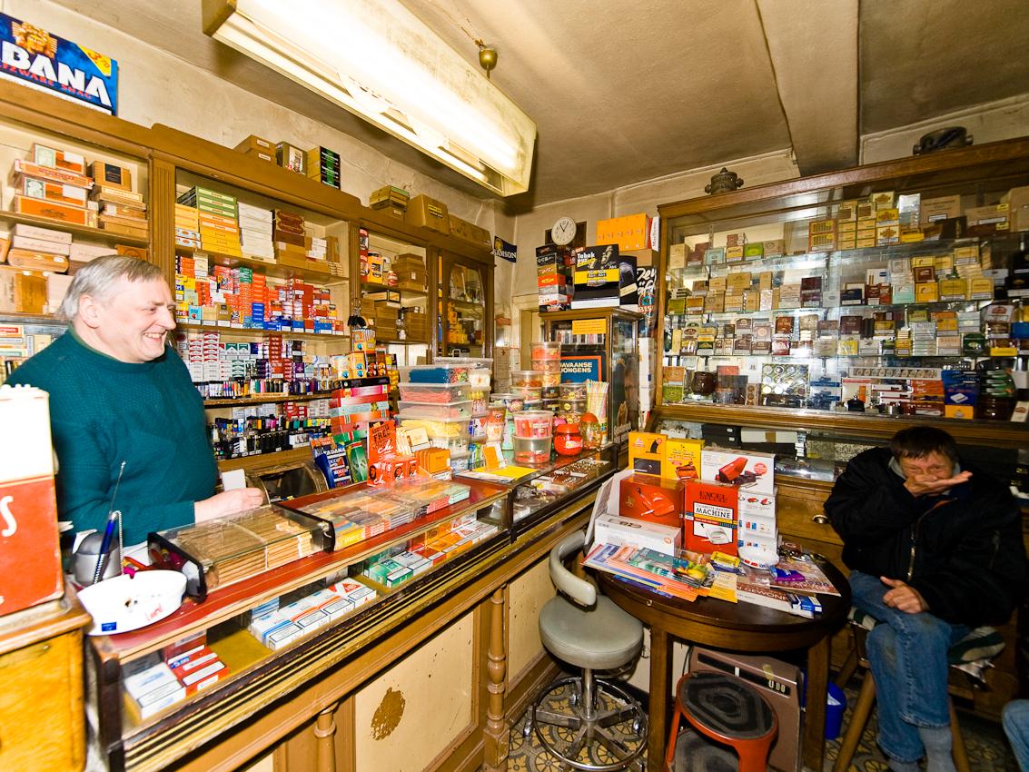Der alte Tabakladen in der Blieskasteler Innenstadt im Saarland aus dem Jahre 1840 ist noch immer ein Treffpunkt der Kunden.