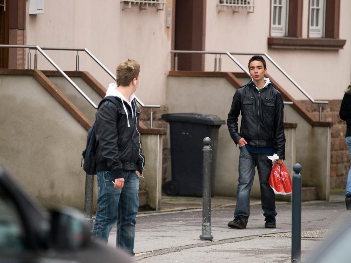Jugendliche aus Blieskastel im Saarland begegnen sich am Omnibusbahnhof der Stadt.