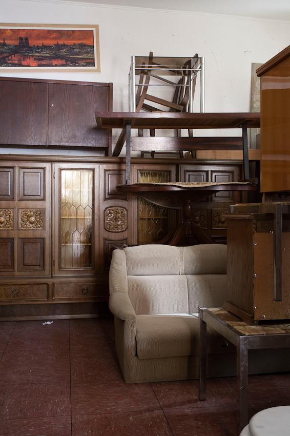 Abgebildet sind Innenräume von Trödelläden in Berlin Neukölln. (Anmerkung: Die Namen, d.h. die konkrete Zuordnung, der Laden sind bei diesem Projekt bewusst nicht aufgeführt.)