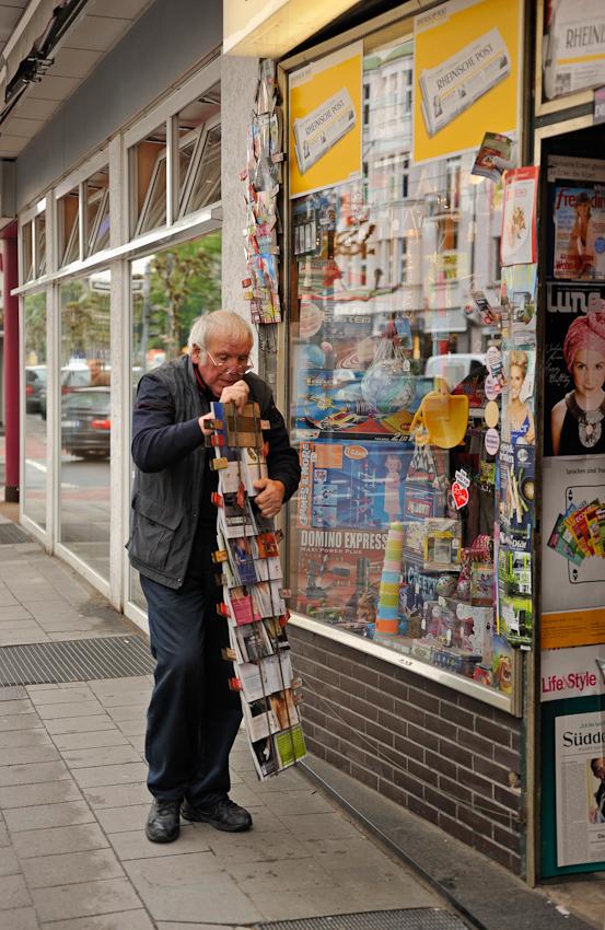 Heinz Hoppe, Zeitungen Schreibwaren und Spielwaren, Luegallee 42 in Düsseldorf, seit 1962. Auf nur 42 qm Ladenfläche ca. 2300 verschiedene Titel und jedes erdenkliche Spielzeug.