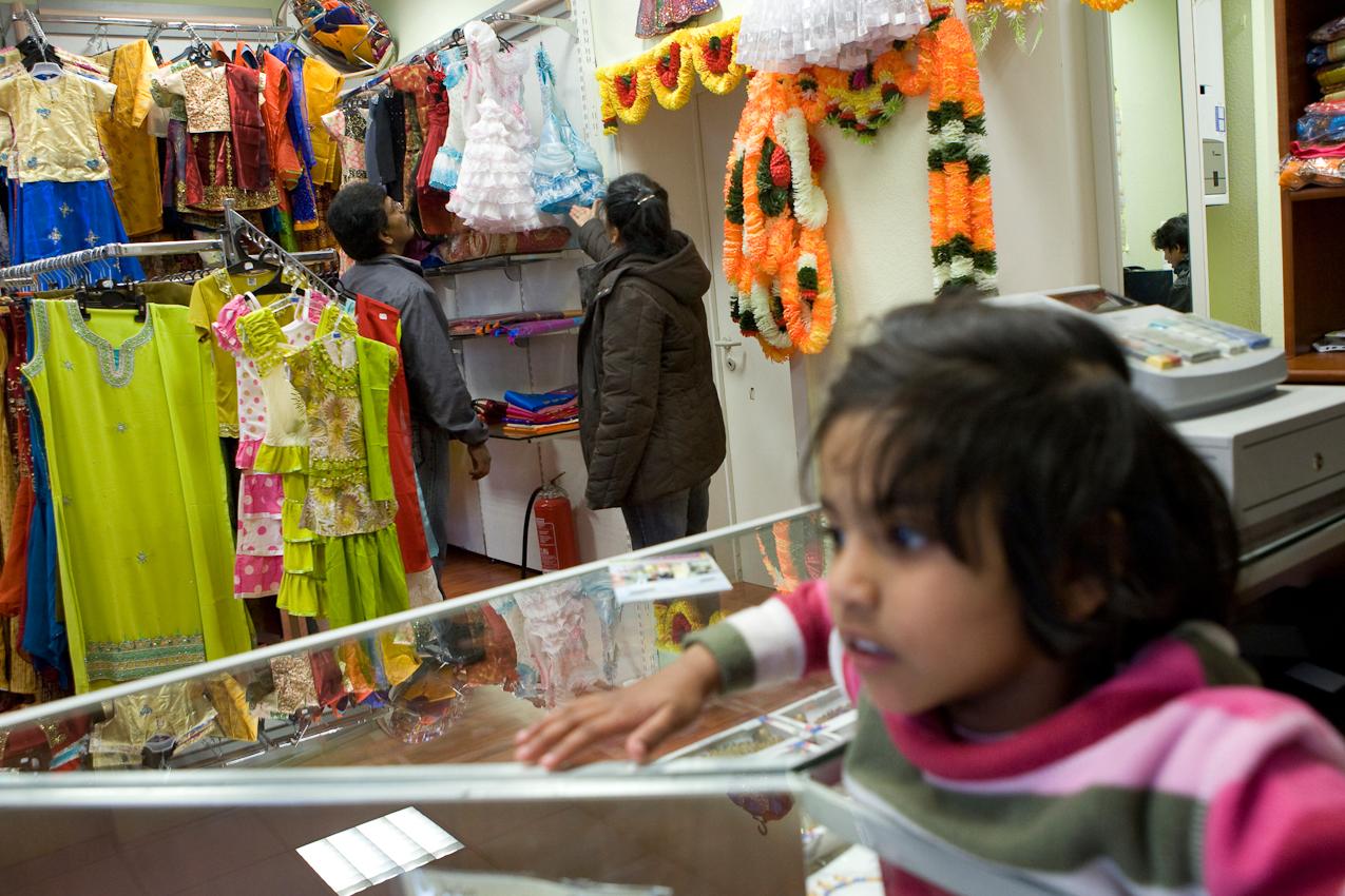 In ihrem Geschäft für Bollywood-Mode an der Vahrenwalderstraße in Hannover warten die Inhaber auf Kunden. Ihre Kinder kommen nach Schule und Kindergarten auch in den Laden.