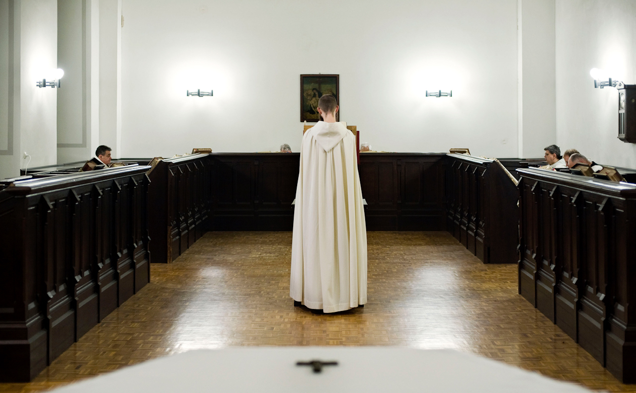 Novize Bruder Nathanael liest aus der Bibel während der Vigilien, der ersten der sieben Horen oder Stundengebete der benediktinischen Ordenregeln. Die Zisterzienser-Mönche der Abtei Himmerod in der Eifel versammeln sich an diesem 7. Mai 2010 wie jeden Morgen um 04:30 Uhr im Oratorium des Klosters, um den Tag gemeinsam mit Beten zu beginnen.