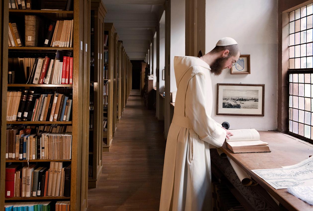 Bruder Nathanael steht in der Bibliothek der Zisterzienser-Abtei.