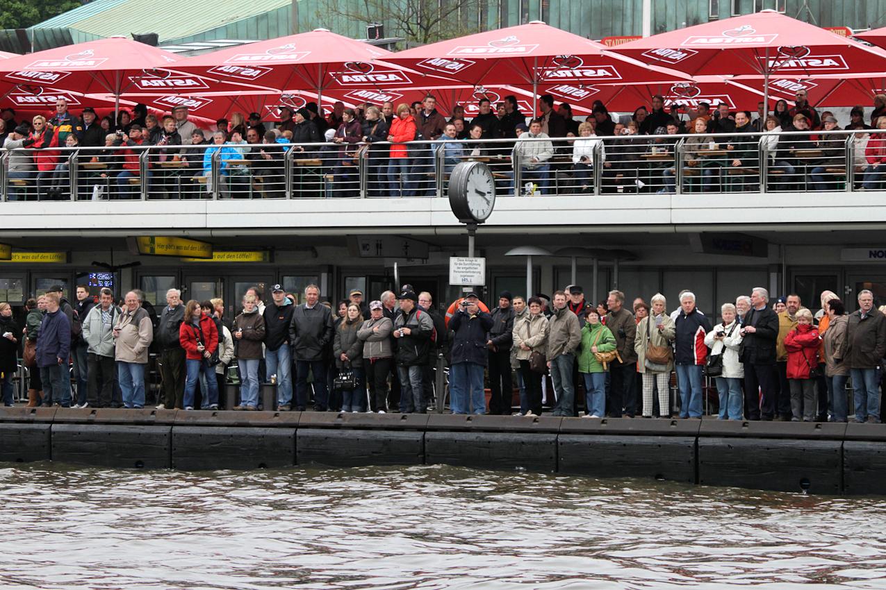 Trotz des schlechten Wetters waren viele Zuschauer während der Einlaufparade zum Hafengeburtstag in Hamburg am 7. Mai auf den Landungsbrücken und beobachteten die Schiffe.