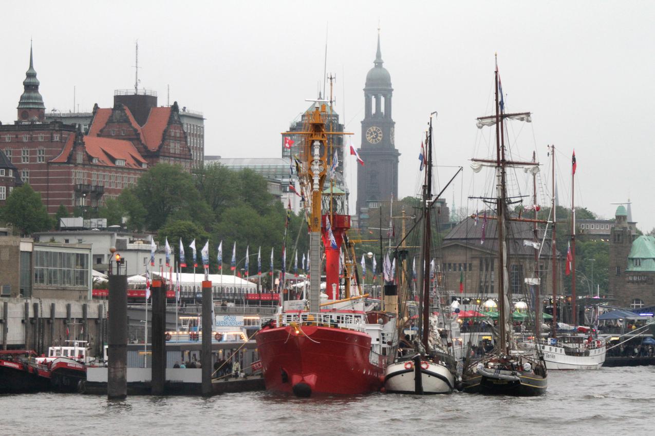 """Teilnehmende Schiffe beim Hamburger Hafengeburtstag am 07. Mai 2010 vor den Hamburger Landungsbrücken, im Hintergrund das Hamburger Wahrzeichen; der """"Michel""""."""