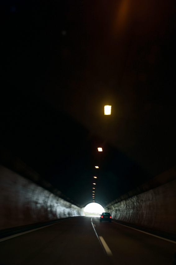 Ein Tag durch Deutschland: im Schnelldurchlauf in 8 Stunden trampenderweise von Hamburg zum Bodensee entlang der A7, der längsten deutschen Autobahn, hier Fahrt durch einen Tunnel