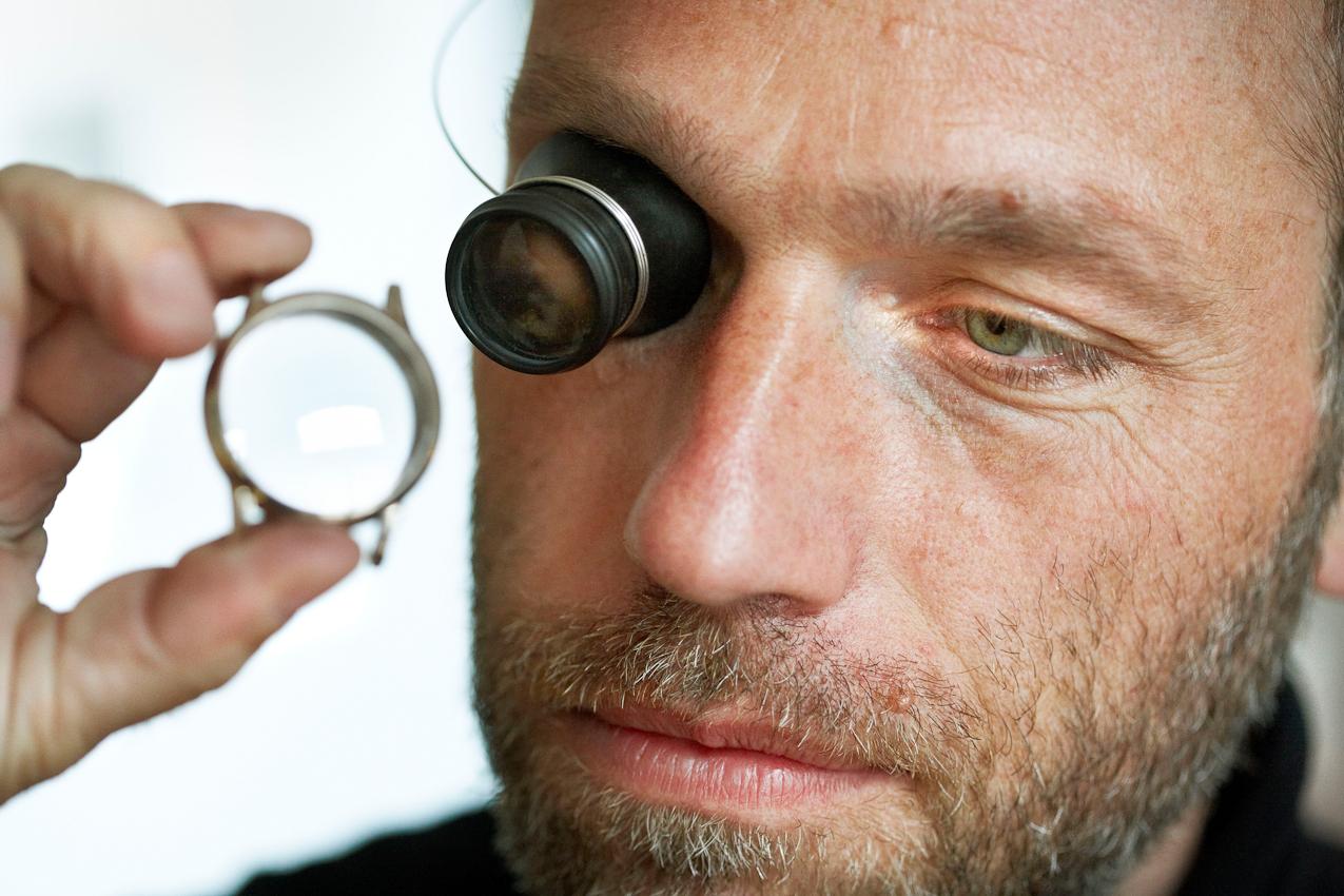 Der Uhrenbauer und Ingenieur Volker Vyskocil begutachtet die Gehaueseoberflache nach der Politur. Es ist 14:34 Uhr in Nettetal-Kaldenkirchen.